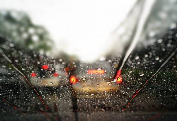 Direção defensiva: como dirigir em dias de chuva